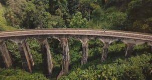 Truteń lata lewego otwarcia pięknego panoramicznego widok Dziewięć Bridżowy Ella w Sri Lanka łuk, historyczny architektura punkt  zbiory wideo