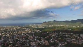 Truteń lata nad belle Etoile miasteczkiem w Mauritius, blisko do Portowego Louis Burzowy niebo i góra w tle zbiory