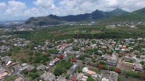 Truteń lata nad belle Etoile miasteczkiem w Mauritius, blisko do Portowego Louis Burzowy niebo i góra w tle zbiory wideo