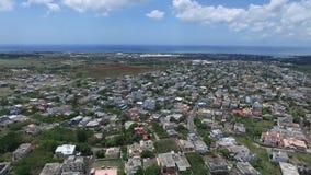 Truteń lata nad belle Etoile miasteczkiem w Mauritius, blisko do Portowego Louis Lokalna architektura, krajobraz, pejzaż miejski zbiory wideo