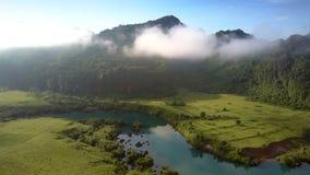 Truteń lata nad countryscape z rzeką wzgórza w mgle zdjęcie wideo