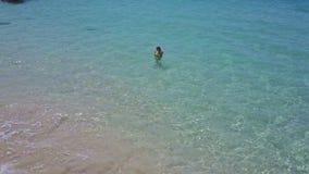 Truteń Lata nad dziewczyną w Lazurowym oceanie z Falową kipielą na plaży zbiory wideo
