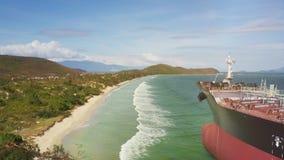 Truteń Lata nad morze fala kipieli domycia plażą Za naczyniem na banku zbiory wideo