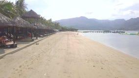 Truteń lata nad piaskowatą plażą na tropikalnej wyspie i dennym brzeg Morze plaża z turystyczny odpoczywać i pływać przy latem zdjęcie wideo