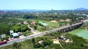 Truteń lata nad rzeka most wśród miasteczko krajobrazu zbiory wideo
