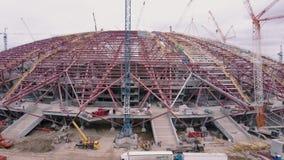 Truteń lata od niedokończonego sportive arena budynku, seansu budowa teren panorama zbiory wideo