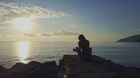 Truteń Lata wokoło kobiety Robi joga przeciw wschodu słońca oceanu niebu zbiory wideo
