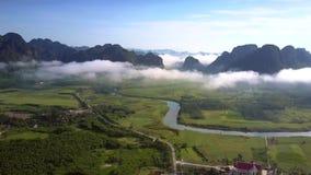 Truteń lata wysoko nad bezbrzeżna górska dolina z rzeką zbiory