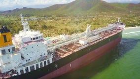 Truteń Lata wzdłuż Wielkiego tankowa pokładu na tłumu wyspa brzeg zbiory wideo