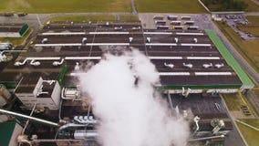 Truteń lub kamera latamy w dym lub kontrparę widok z lotu ptaka Dymu komes z kominu, tubka Emisja atmosfera od zbiory