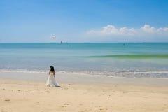 Truteń nad całowania państwem młodzi na pięknej plaży, Bali obraz stock