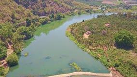 Truteń Pokazuje rzekę wśród Tropikalnych Krajobrazowych średniogórzy zbiory
