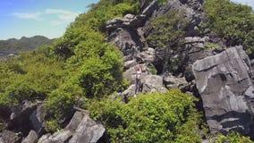 Truteń Rusza się wyspy dziewczyny i góry przedstawień podobizna na skałach zdjęcie wideo