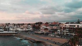 Truteń strzelał turystyczny teren w mieście z molem i kawiarniami Turyści chodzi blisko mola i bierze fotografie Powietrzny trutn zbiory wideo