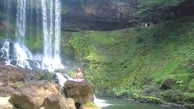 Truteń usuwa od damy w joga przedstawień krajobrazie zdjęcie wideo