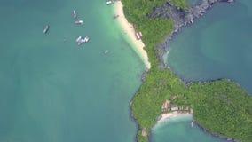 Truteń Wiruje Wysoko nad Dziwna kształt wyspa z plażą w zatoce zbiory wideo