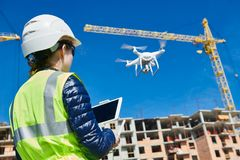 Truteń inspekcja Operator sprawdza budowa placu budowy latanie z trutniem Zdjęcie Stock
