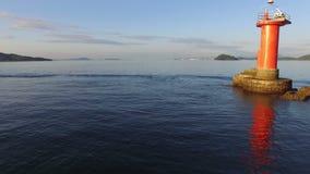 Truteń lata nad nadmorski z latarnią morską zbiory wideo