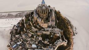 Trutni wzrosty, plandeki zestrzelają na Mont saint michel, antycznej wyspy forteczny miasteczko podczas niskiego przypływu, świat zdjęcie wideo