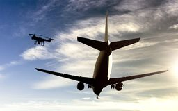 Trutnia Airplace trzaska pojęcie - truteń lata blisko samolotu obraz stock