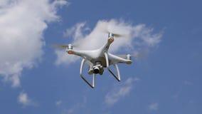 Trutnia DJI fantom 4 w locie Quadrocopter przeciw niebieskiemu niebu z białymi chmurami Lot copter w niebie zdjęcie wideo