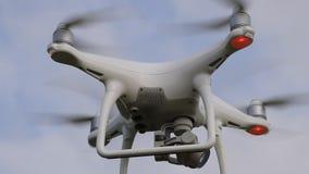 Trutnia DJI fantom 4 w locie Quadrocopter przeciw niebieskiemu niebu z białymi chmurami Lot copter w niebie zbiory