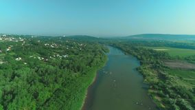 Trutnia krótkopęd most nad rzeką w chałupy wiosce w lesie 4K zdjęcie wideo