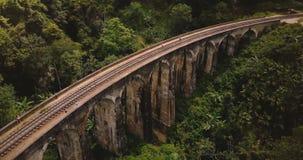 Trutnia latać nadmierny i wyjawiać nieprawdopodobnego szerokiego panoramicznego widok Dziewięć łuków Ella podróży Bridżowy punkt  zdjęcie wideo