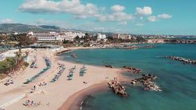 Trutnia latanie przez linii brzegowej morze śródziemnomorskie Ludzie cieszyć się urlopowy i relaksować na plaży Widok z lotu ptak zbiory wideo