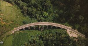 Trutnia lockdown odgórny widok ludzie chodzi nad Dziewięć Bridżowy Ella w Sri Lanka łukiem, sławny podróży miejsca przeznaczenia  zbiory