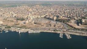 Trutnia materiał filmowy świątynia Luxor w Egipt i miasto rzeczna Nil, Luxor, zbiory