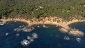 Trutnia materiał filmowy nad Costa Brava nabrzeżny blisko miasteczka Palamos Hiszpania zbiory wideo