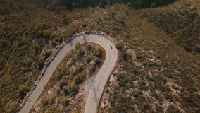 Trutnia materiał filmowy nad osamotnionym podróżnikiem jedzie jego motocykl na epickich scenerii góry drogach zbiory