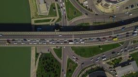 Trutnia oka widok - antena wierzcho?ka puszka miastowego ruchu drogowego d?em na mo?cie widok zdjęcie stock
