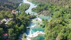 Trutnia powietrzny materiał filmowy lata nad Krka parka narodowego siklawami, Chorwacja zbiory wideo