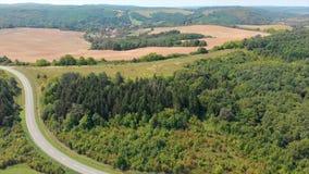 Trutnia powietrzny materiał filmowy od Węgierskiego krajobrazu blisko małej wioski Orfu, zdjęcie wideo
