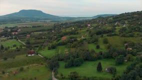 Trutnia powietrzny materiał filmowy od Węgierskiego krajobrazu z volcanoes, blisko jeziornego Balaton zdjęcie wideo