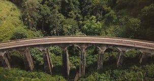 Trutnia statyczny odgórny widok ludzie stoi na Dziewięć Bridżowy Ella w Sri Lanka łuku, antyczny turystyki miejsca przeznaczenia  zbiory