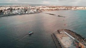 Trutnia widok budowa schronienie z małym białym łodzi rybackiej żeglowaniem od regionu turystycznego w otwartego ocean przy zmier zdjęcie wideo