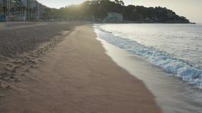 Trutnia widok piaskowata plaża i fale w miejscowości wypoczynkowej zdjęcie wideo