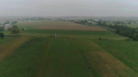 Trutnia widok z lotu ptaka Amish Rolne ziemie i Amish rolnik Zbiera w mgle zdjęcie wideo