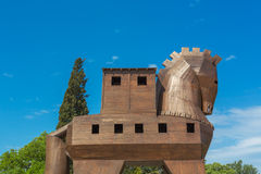 TRUVA, DIE TÜRKEI - 29. APRIL 2015: Moderne hölzerne Skulptur von Trojan Horse altes Troja Stockbild