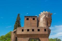 TRUVA, TURQUÍA - 29 DE ABRIL DE 2015: Escultura de madera moderna del caballo de Troya Troy antiguo Imagen de archivo