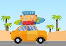 Trveling με το κίτρινο αυτοκίνητο με το σωρό των τσαντών αποσκευών στη στέγη και με την ιστιοσανίδα στην παραλία με τους φοίνικες απεικόνιση αποθεμάτων