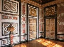 Trävägg och skulptur på den Versailles slotten Arkivfoto