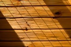 Träväggbakgrund i ett morgonljus Arkivfoto