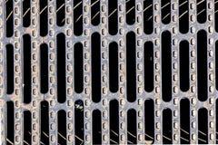 Trwała stalowa greting pokrywa na kanału ściekowego odcieku manhole Fotografia Royalty Free