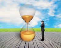 Trwanie biznesmen ogląda hourglass Obraz Royalty Free