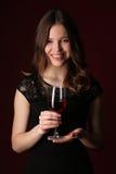 Trwanie dama z bocal z bliska tło ciemnoczerwony Zdjęcie Royalty Free