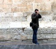 Trwanie fotograf ono bierze obrazek przed lustrem w ulicie fotografia royalty free